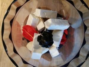Foto af habanero, feta og hvidløg lagt ned i en stavblenderkande
